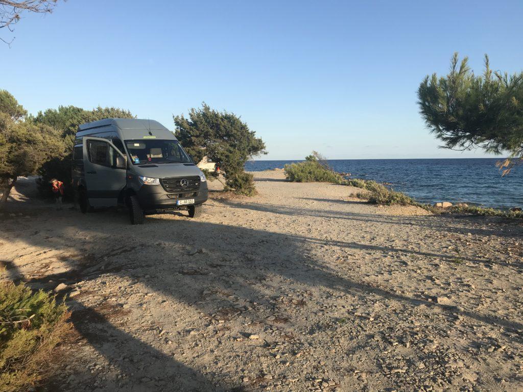 Wohnmobil mit Allrad steht am Strand