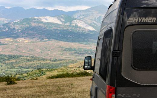 Allrad Camper von hinten vor Landschaft in Albanien