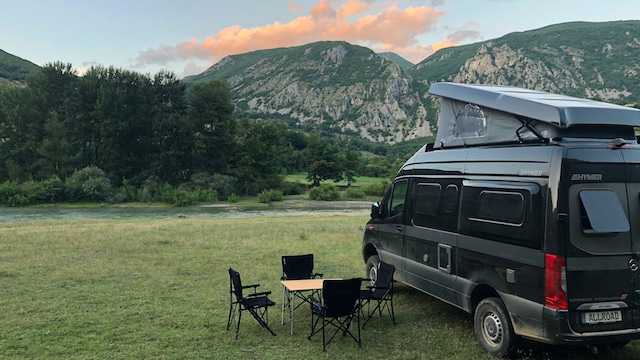 Camping mit Hymercar Grand Canyonauf Wiese am Fluss