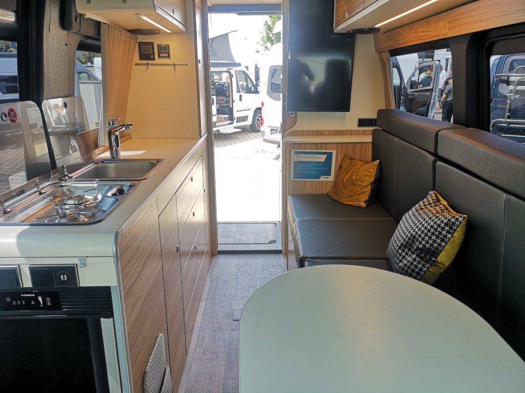 Allradcamper Hymer DuoCar S Innenansicht mit Küche und Schlafcouch