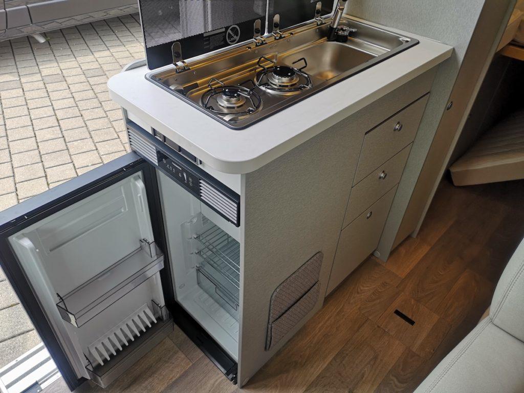 Allradcamper Hymer DuoCar S Küchenzeile mit offenem Kühlschrank
