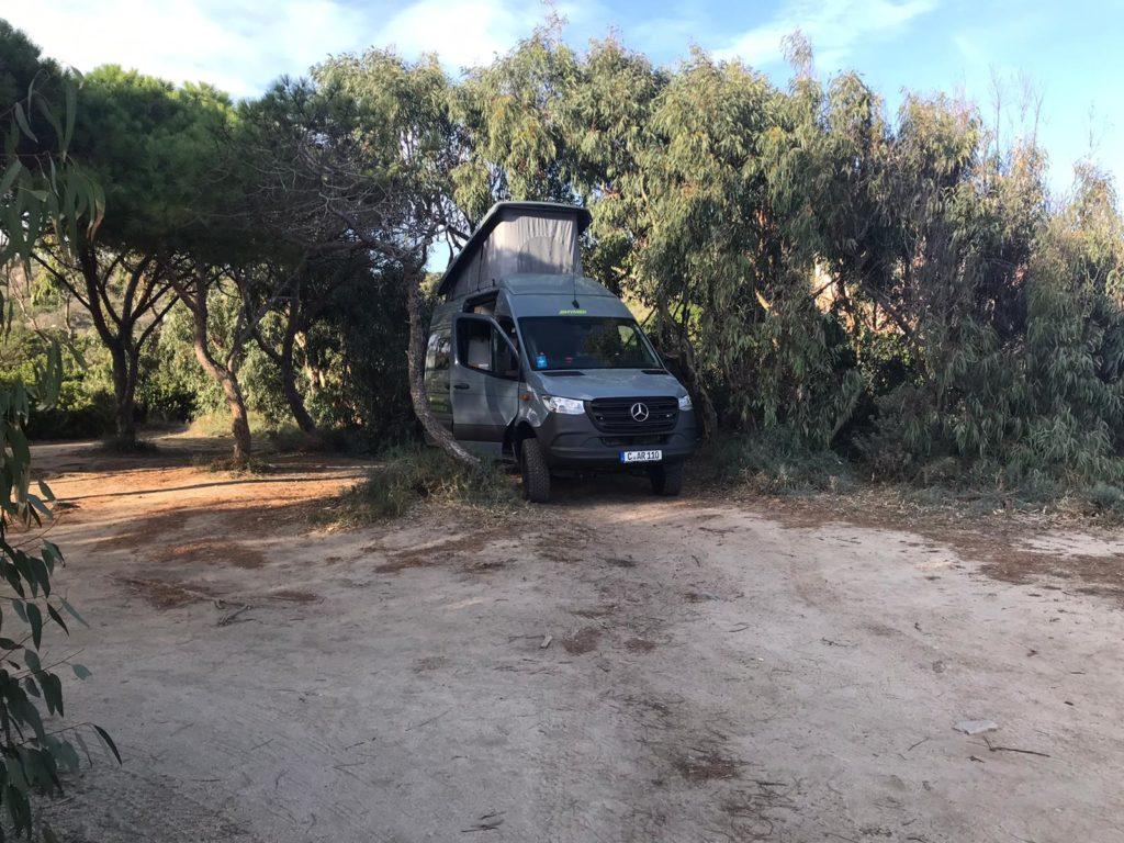 Allradcamper Hymercar Grand Canyon S unter Bäumen in Sardinien
