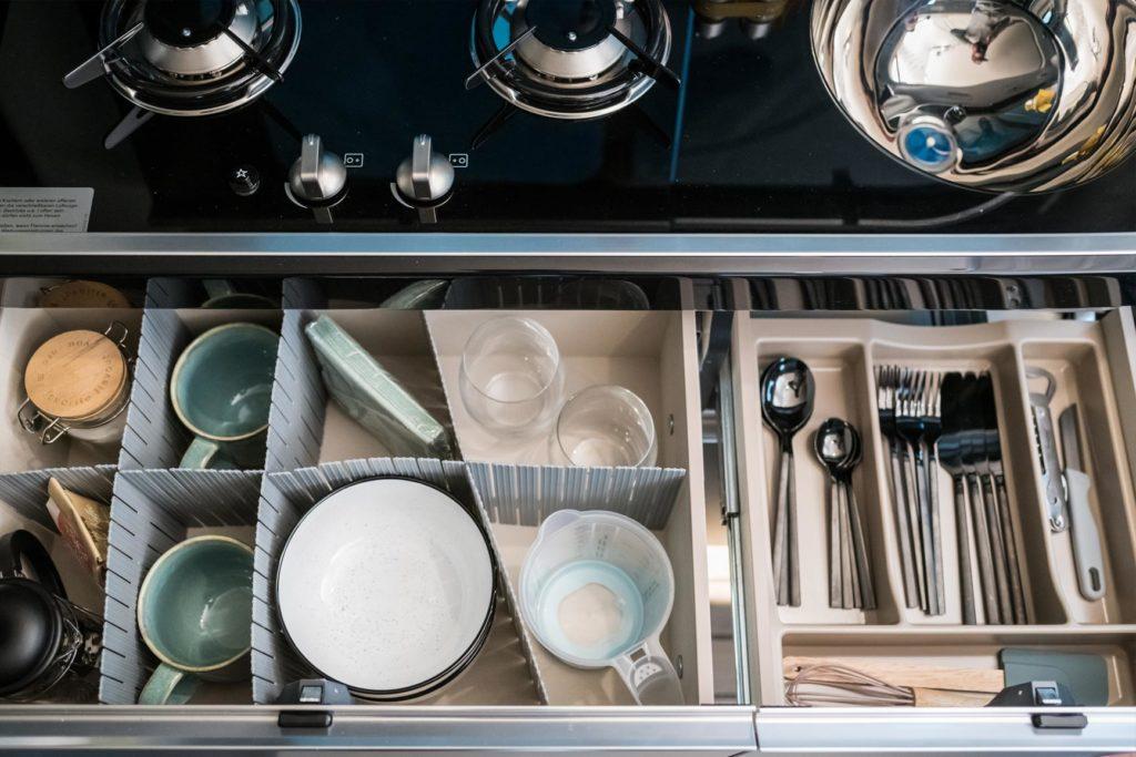 Mercedes Marco Polo Innenansicht der Küchenzeile mit Besteck