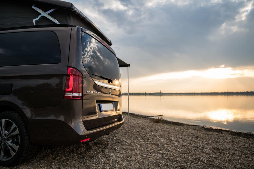 Sonnenuntergang am See mit dem Mercedes Marco Polo Heckansicht
