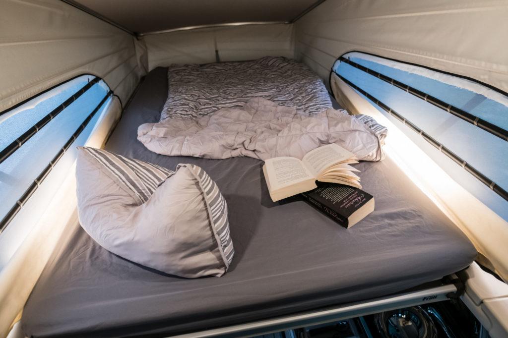Blick auf das Bett im Klappdach des Mercedes Marco Polo