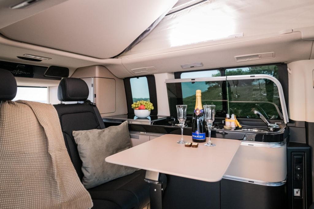 Campingbus Marco Polo mit Tisch und Proseco