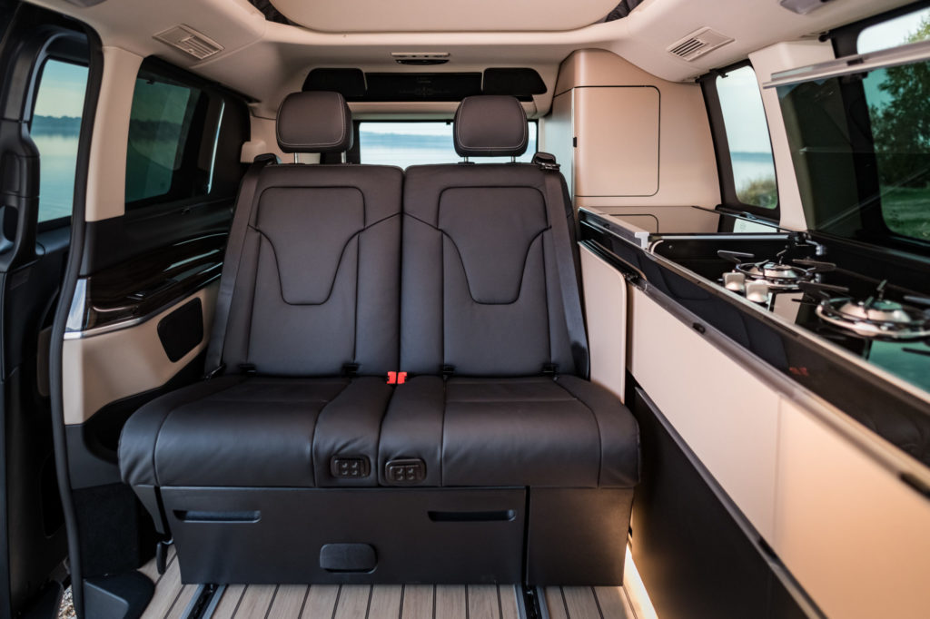 Mercedes-Camper Innenansicht mit Rücksitzbank und Küchenzeile