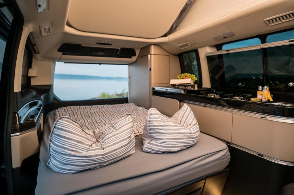 Innenansicht Mercedes Campingbus mit Schlaffunktion unten