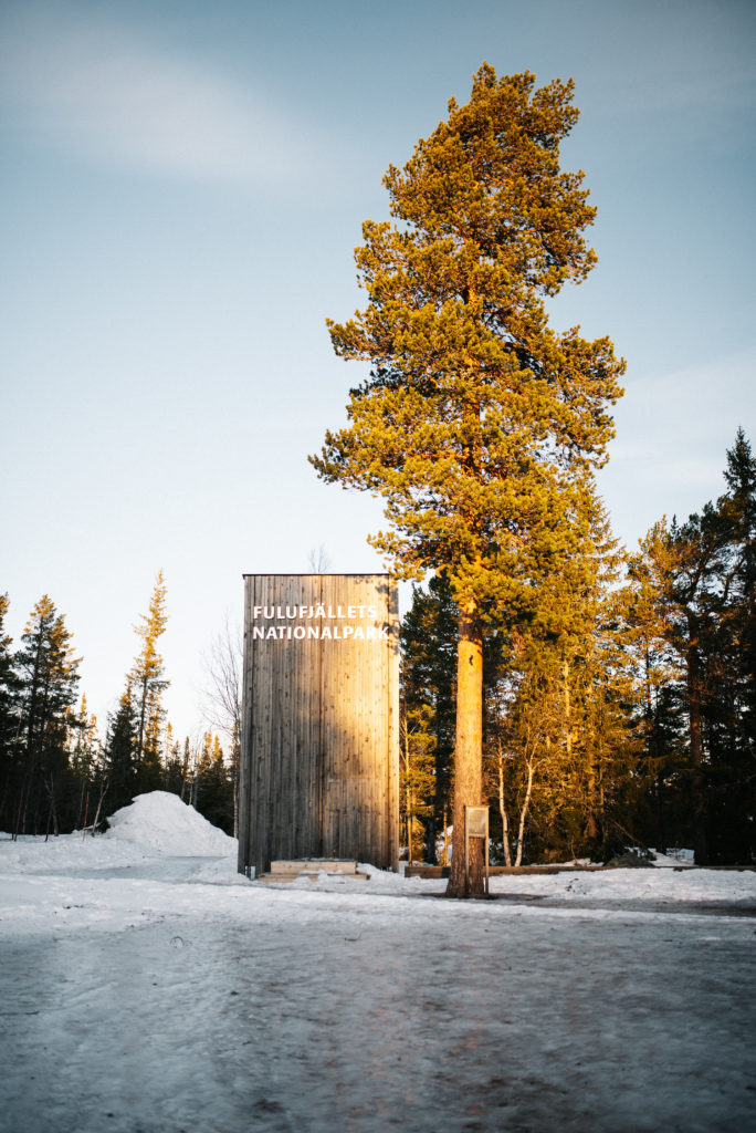 Die große Holztafel am Fulufjällets Nationalpark in Norwegen