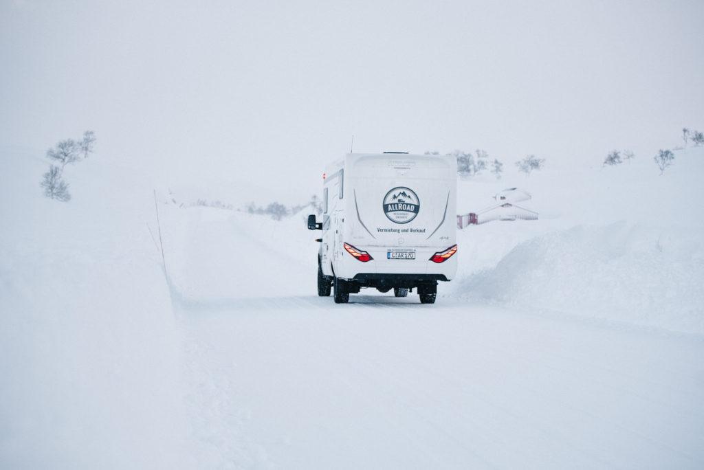 ML-T580 unterwegs beim Wintercamping zwischen hohen Schneebergen