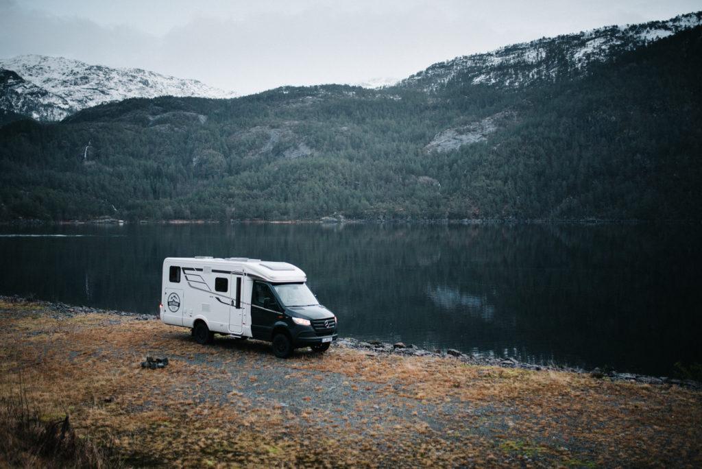 Hymer ML-T 580 steht an einem einsamen See in Norwegen