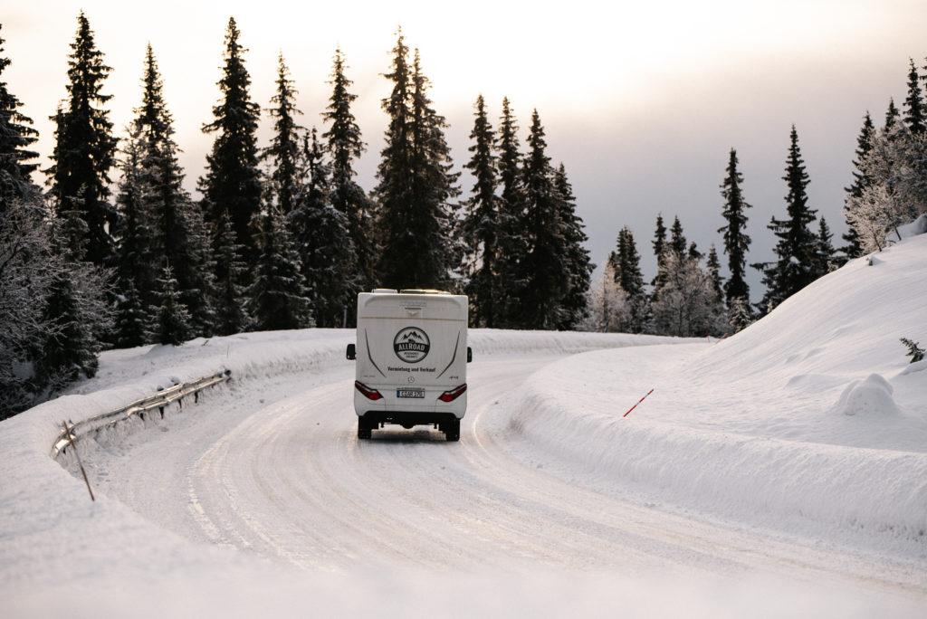 Hymer MLT580 auf eisglatter Fahrbahn in Norwegen