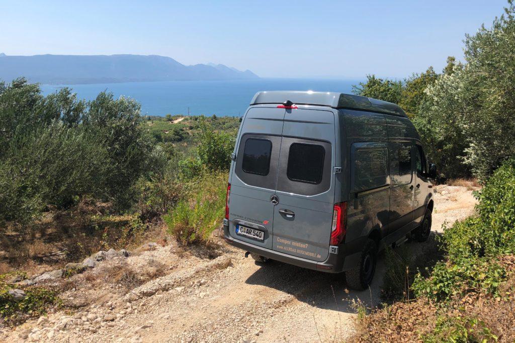 Offroad-Camper auf dem Rückweg vom Weingut Rizmann auf die Hauptroute