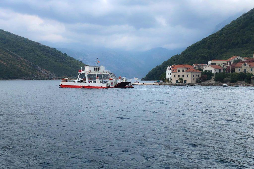 Kamenari-Fähre über die Bucht von Kotor in Montenegro