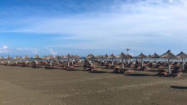 Leerer Sandstrand und kaum Touristen im Camp Safari Beach