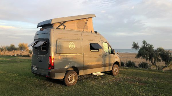 Offroad-Camper direkt am Strand am Long Beach