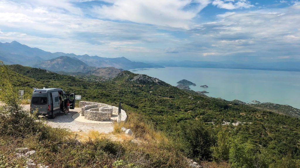 Aussichtspunkt mit Offroad-Camper am Skadar See