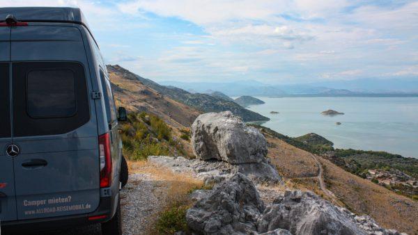 Offroad-Camper auf der Panoramic Route 3 in Montenegro am Skadar See