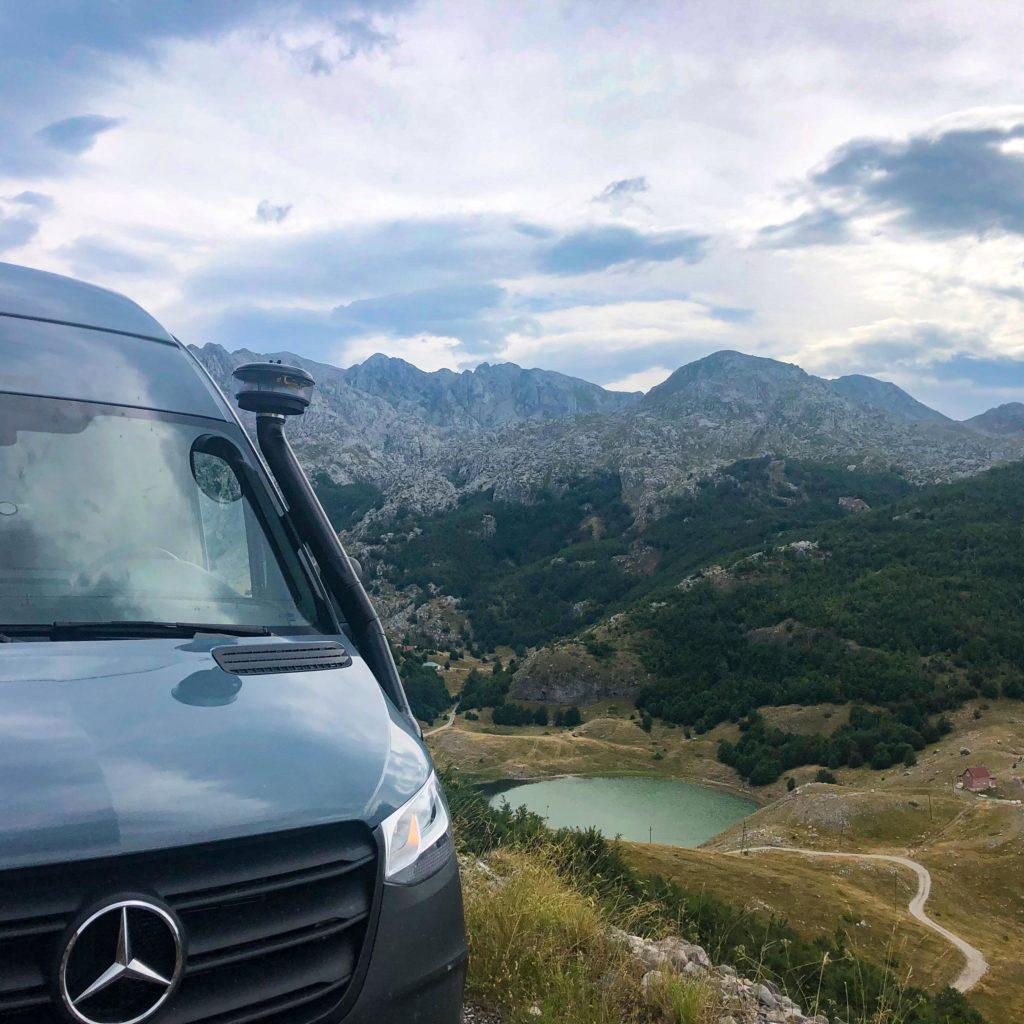 Offroad-Camper oberhalb des Bukumirsko jezero