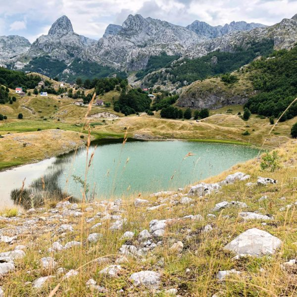 Blick von oben auf den Bukumirsko jezero in Montenegro