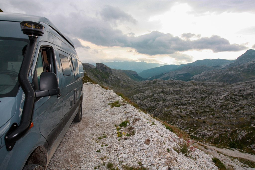 Offroad-Camper kurz vor dem Velika-Pass im Kučka krajina