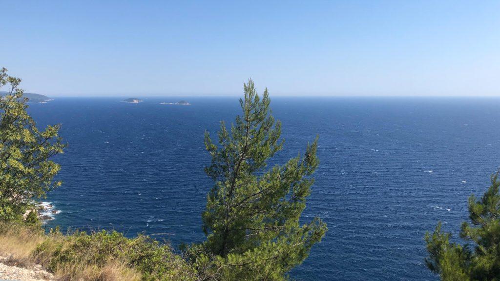 Traumhafter Blick auf das blaue Meer von Montenegro