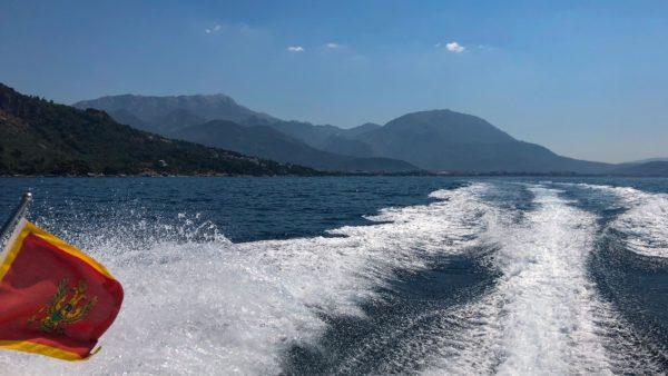 Volle Kraft voraus immer entlang an der Küste von Montenegro