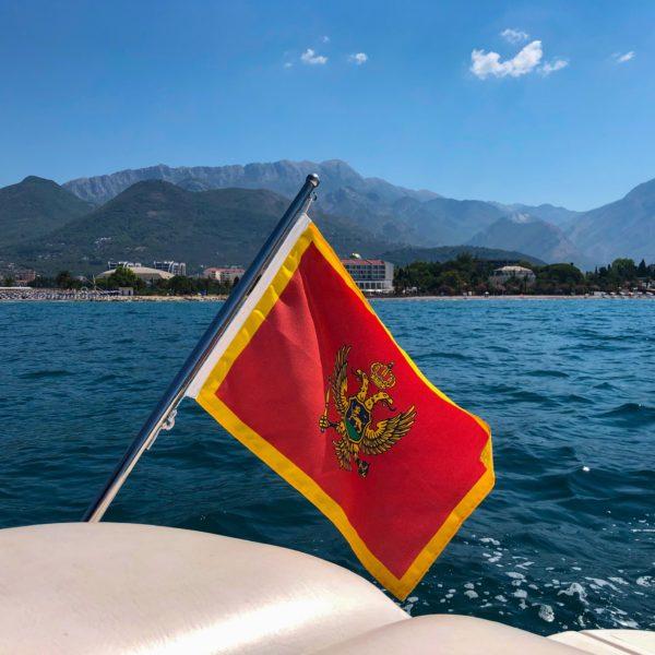 Montenegro Flagge auf der Yacht von Michael Bader