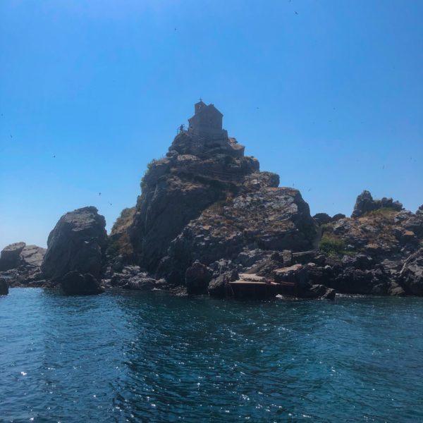 Montenegro Inselgruppe Sveta Neđelja mit der Kapelle auf dem Gipfel