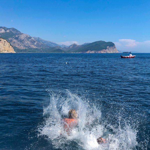 Sprung von der Yacht in Montenegro ins Mittelmeer