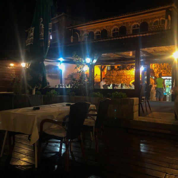 Restaurant Teuta Ulcinj in Montenegro am Abend