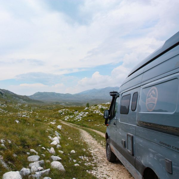 Steinige und geröllige Offroad-Piste im Hochgebirge von Montenegro