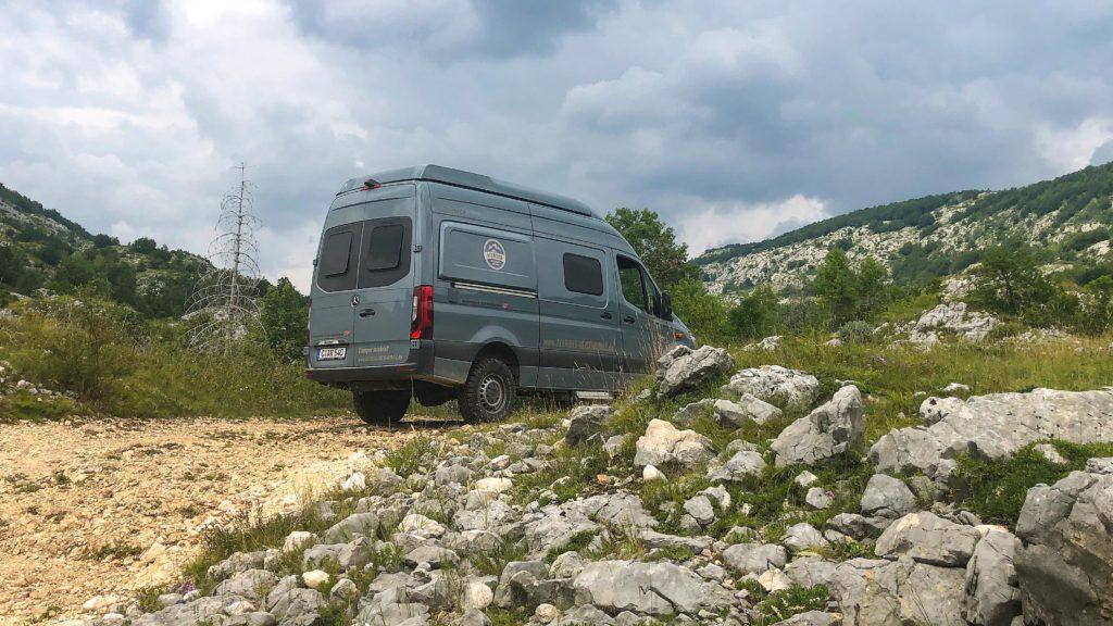 Offroad-Camper abseits vom Asphalt in den Bergen von Montenegro