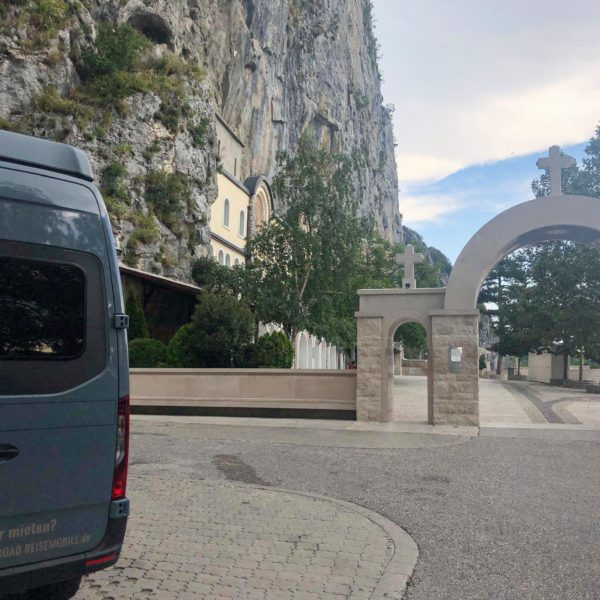 Haupteingang des Kloster Ostrog in Montenegro