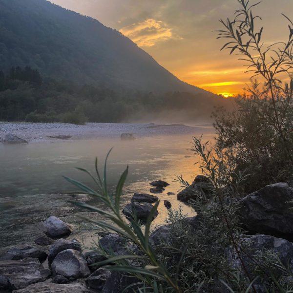 Sonnenuntergang an der Soča in Slowenien
