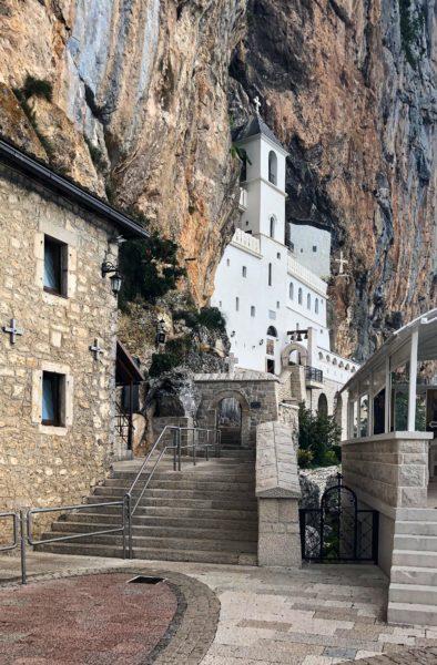 Kloster Ostrog ist die Ruhestätte des heiligen Vasilije