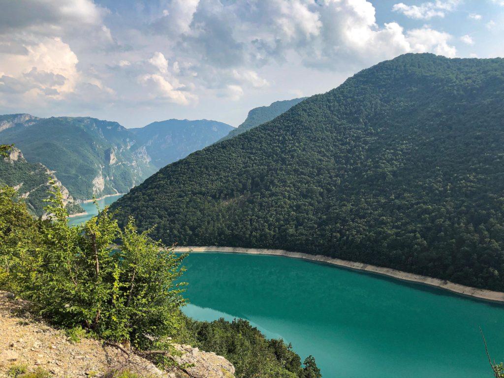 Piva-Stausee im Durmitor Nationalpark Montenegro mit Offroad-Camper bereisen