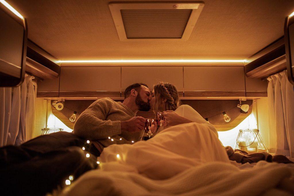 Einsame Romantik statt großer Party - mit dem Wohnmobil als Hochzeitsauto