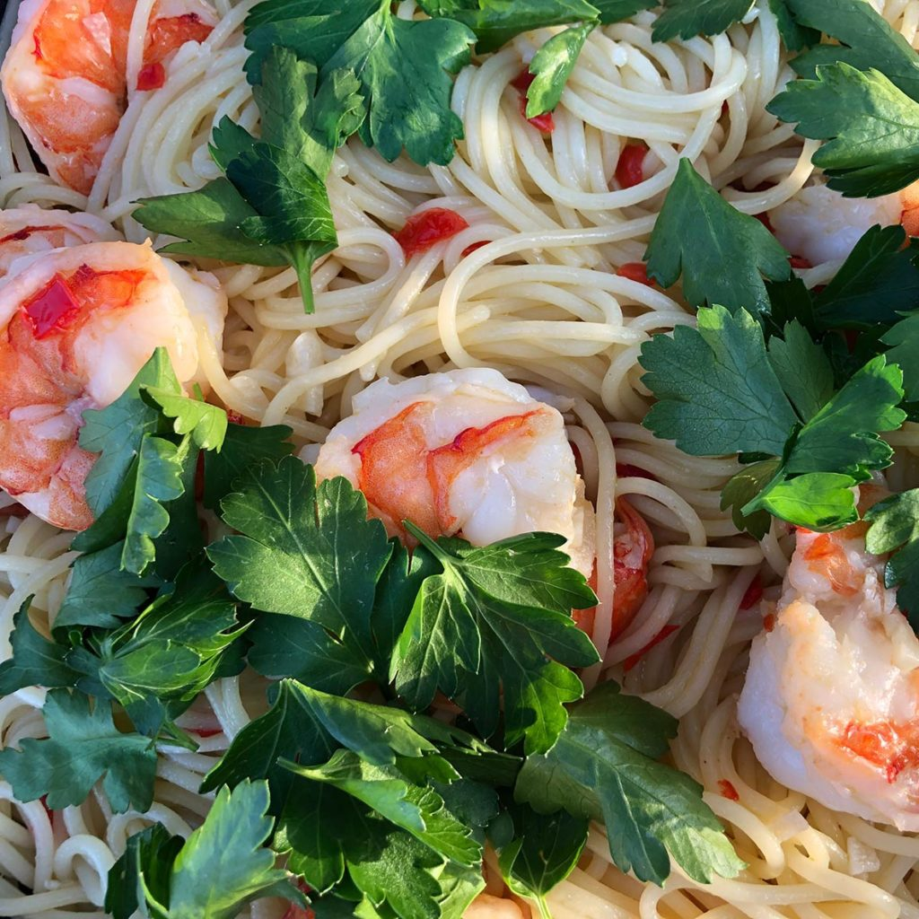 Spaghetti aglio e olio mit frischen Garnelen