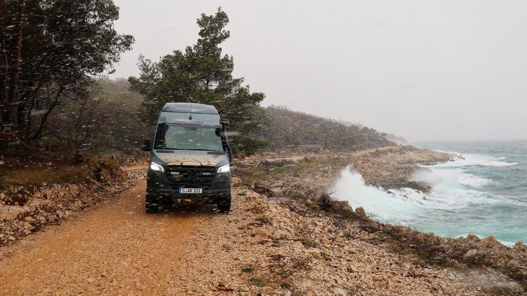 Wellen, Gischt und tobendes Meeresrauschen waren für uns im Allrad-Camper kein Problem