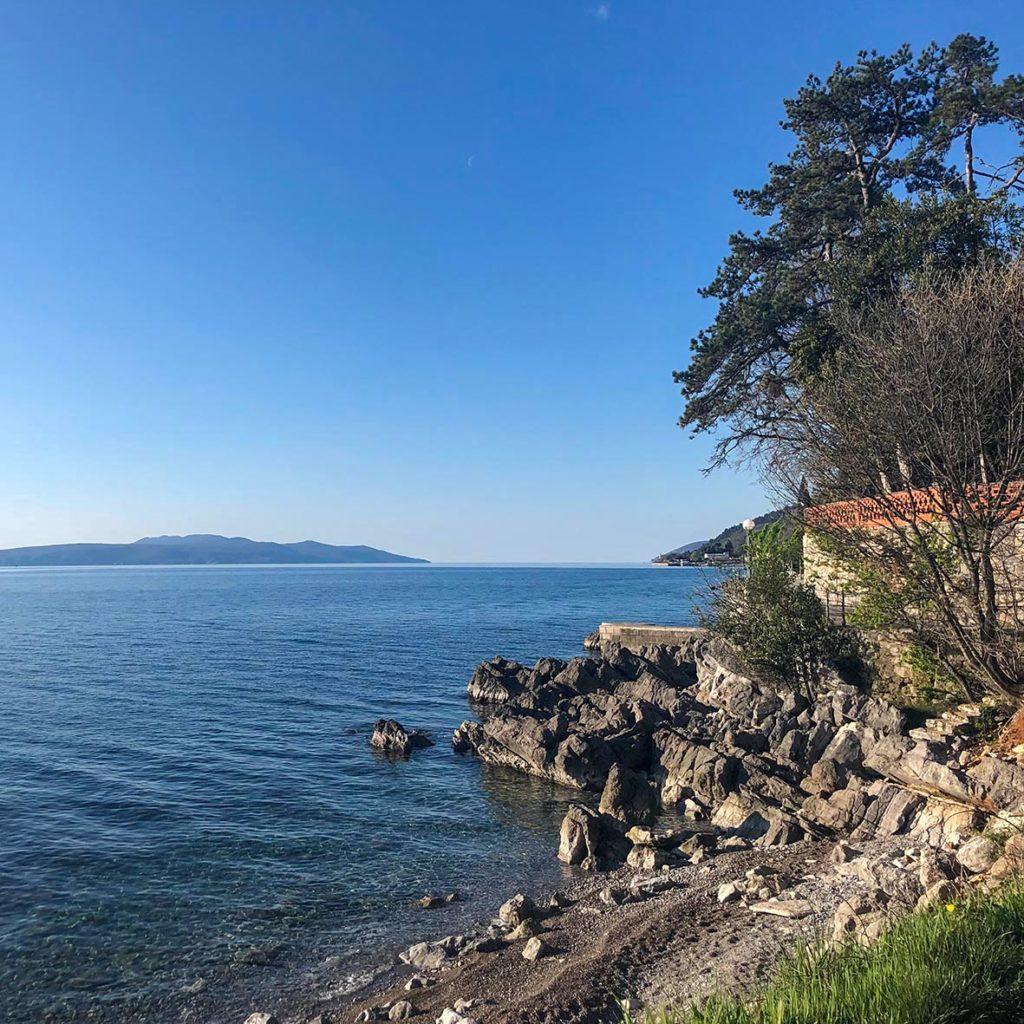 Küste von Opatija am Schlafplatz direkt am Meer in Istrien
