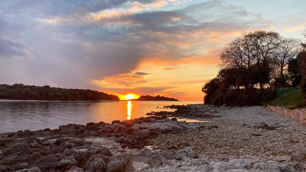 Sonnenuntergang am Strand im Auto Camp Peskera