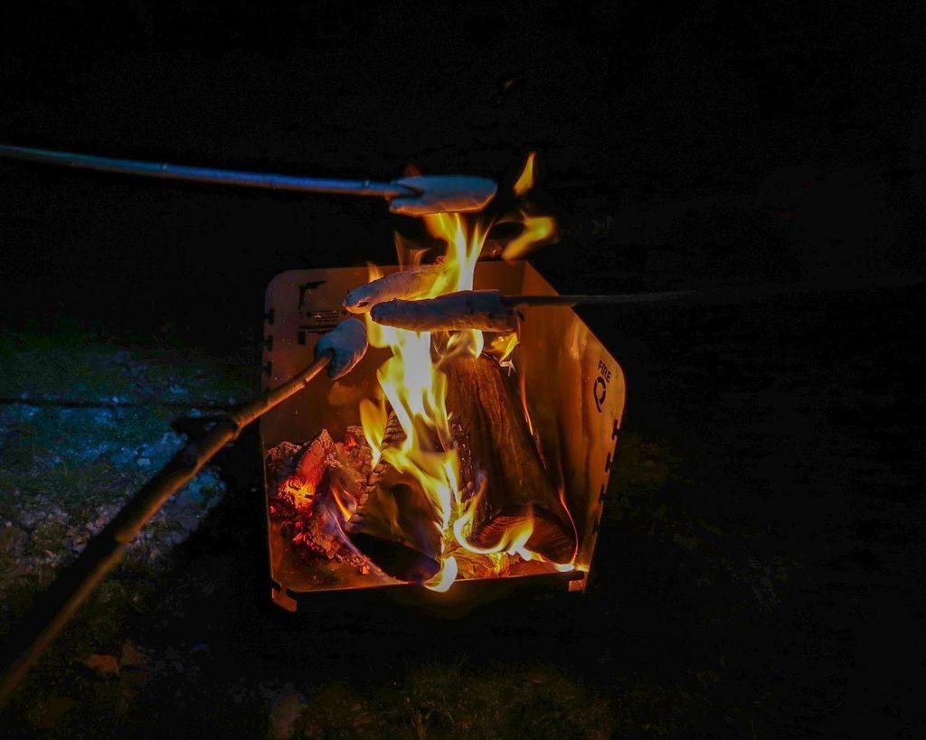 Knüppelkuchen am Lagerfeuer im Olivenhain